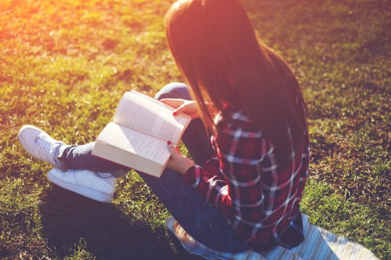 Ein Buch im Park lesen